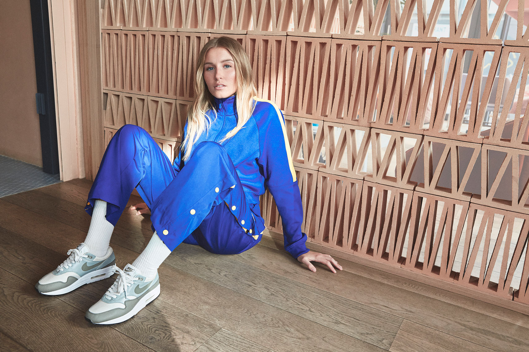 issie-gibbons-fashion-stylist-nike-airmax-leah-williamsonn-campaign-blue
