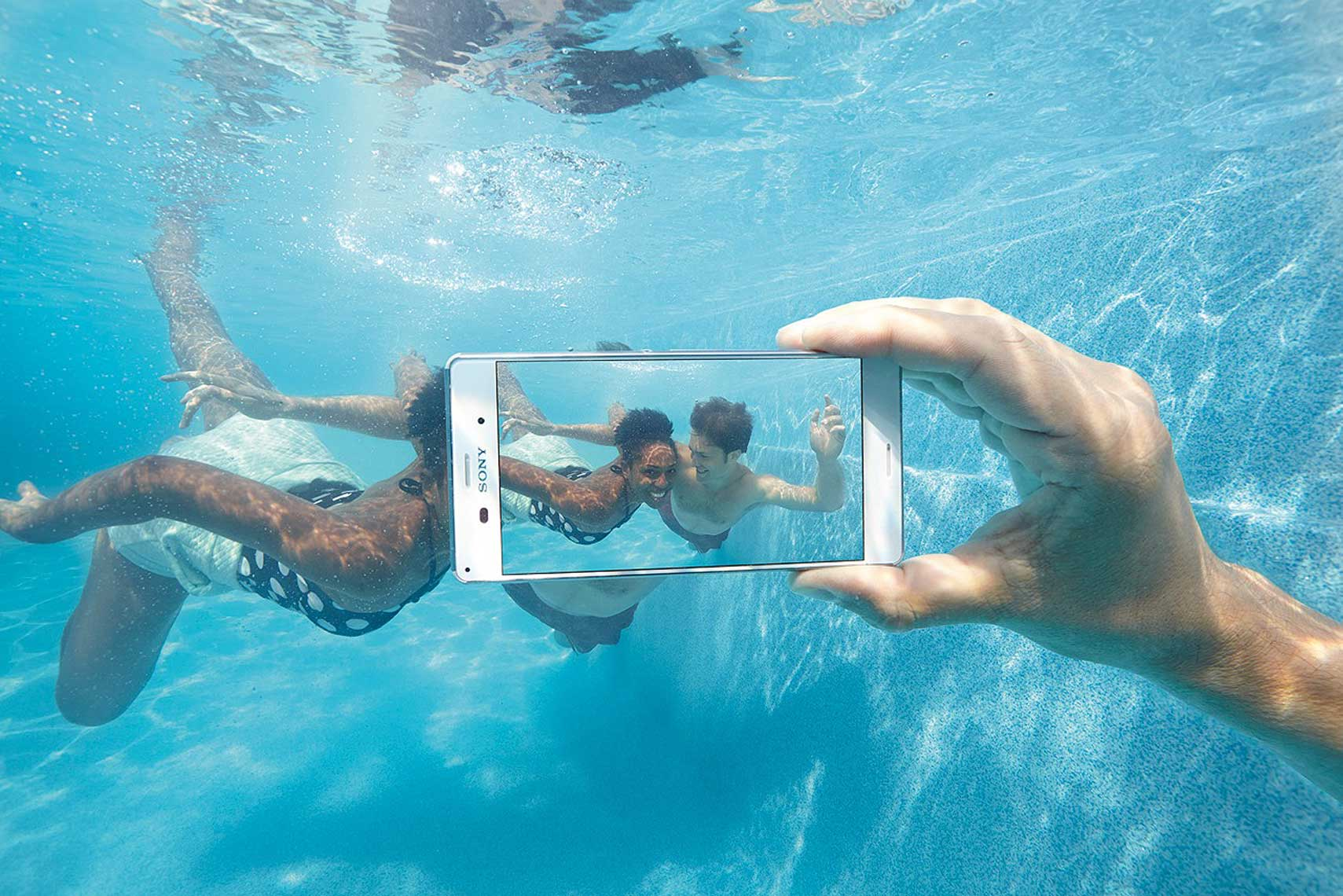 issie-gibbons-fashion-stylist-underwater-campaign-sony-phone
